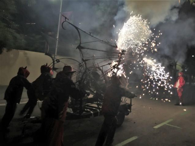 Las Corts地区の火祭り correfoc_b0064411_08050680.jpg