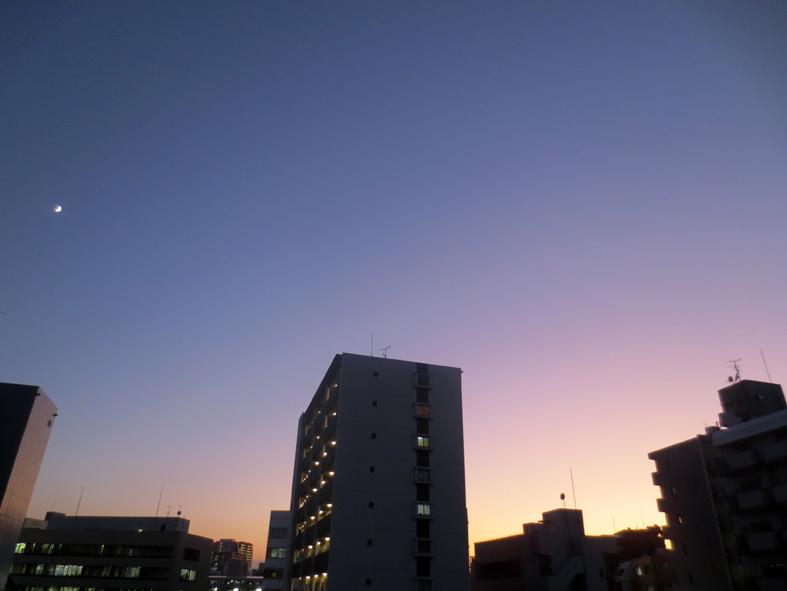 ■「夕日の寸秒は幸なるかな」、そして月も出てくる週替わりの夕暮れ[10/2-6]_d0190217_22124910.jpg