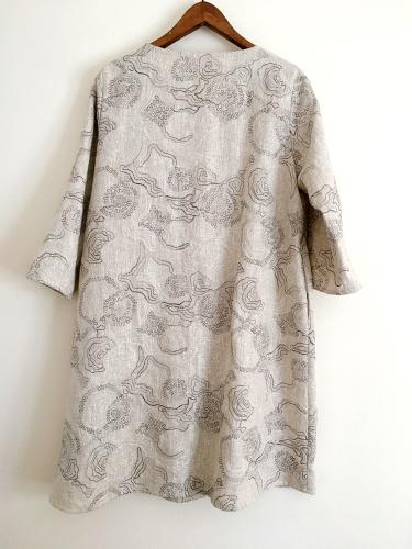 刺繍の入ったリネン生地のAラインコートワンピース_a0232169_16185250.jpg