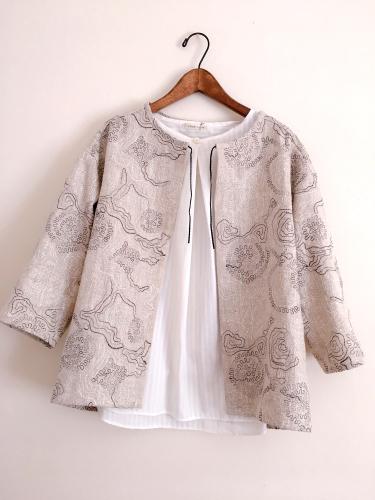 刺繍の入ったリネン生地のショートジャケット_a0232169_16365106.jpg