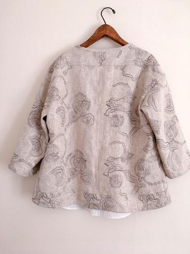 刺繍の入ったリネン生地のショートジャケット_a0232169_16365112.jpg