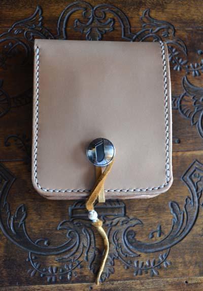 イニシャルコンチョ「i」のついた二つ折り財布_f0155891_19133869.jpg