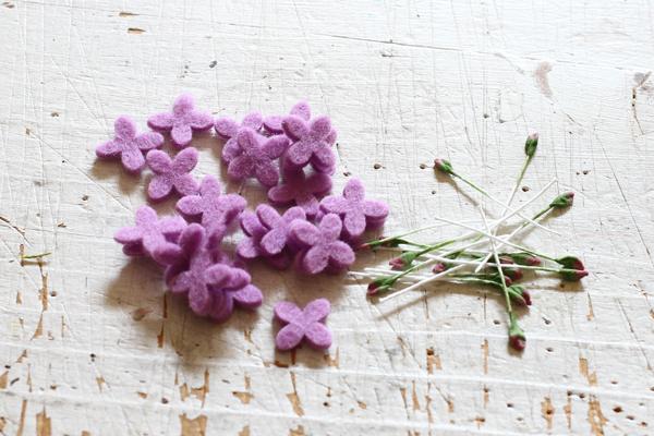 ミニサイズのフェルトのお花を作っています_e0333647_15143405.jpg