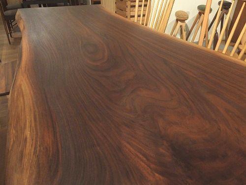 ウォールナットの一枚板テーブルの魅力は、一言で言うなら、【かっこいい】ということだと思います。_b0318103_16322105.jpg