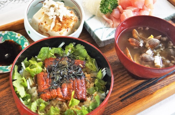 ■昨日の朝ご飯【台風が来る前に食べちゃおう!と・・・  鰻重&ビントロお刺身】 豪勢な 冷凍庫整理料理となりました♪_b0033423_16501360.jpg