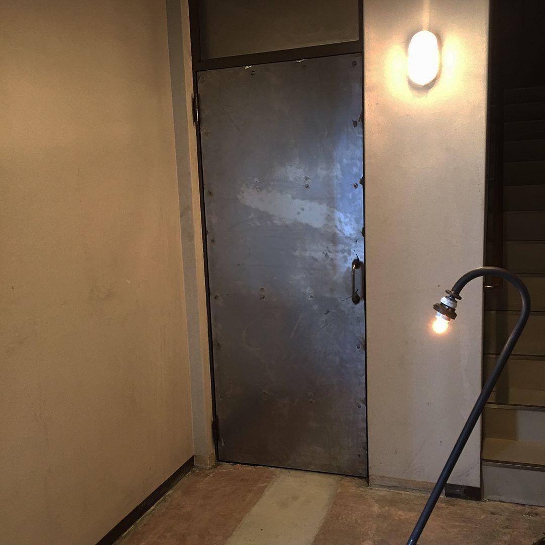 むき出しのコンクリートの階段と壁_d0335577_20453971.jpeg