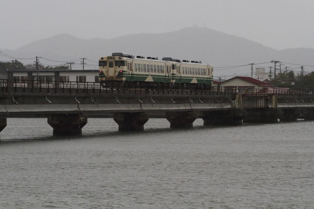 船越水道を渡った列車_b0190710_16125901.jpg