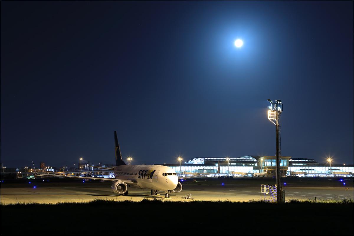 満月の夜 - 福岡空港_c0308259_23313952.jpg