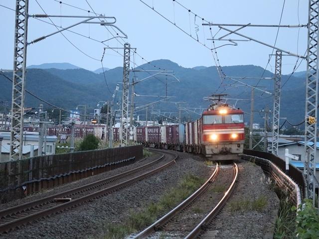 藤田八束の鉄道写真@青い森鉄道、ライトが生かしている列車の美しさを撮る、貨物列車桃太郎・レッドサンダーのヘッドライトを写真で追う_d0181492_22344354.jpg