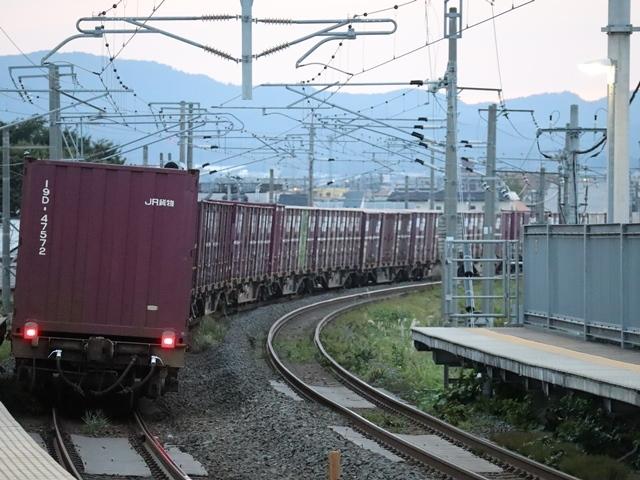 藤田八束の鉄道写真@青い森鉄道、ライトが生かしている列車の美しさを撮る、貨物列車桃太郎・レッドサンダーのヘッドライトを写真で追う_d0181492_22370027.jpg