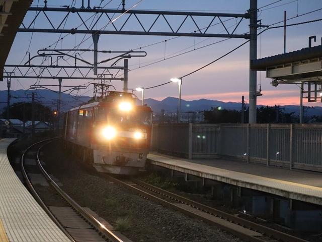藤田八束の鉄道写真@青い森鉄道、ライトが生かしている列車の美しさを撮る、貨物列車桃太郎・レッドサンダーのヘッドライトを写真で追う_d0181492_22371084.jpg