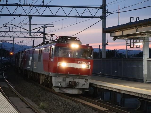 藤田八束の鉄道写真@青い森鉄道、ライトが生かしている列車の美しさを撮る、貨物列車桃太郎・レッドサンダーのヘッドライトを写真で追う_d0181492_22371852.jpg