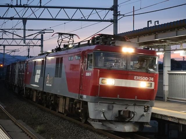 藤田八束の鉄道写真@青い森鉄道、ライトが生かしている列車の美しさを撮る、貨物列車桃太郎・レッドサンダーのヘッドライトを写真で追う_d0181492_22372703.jpg