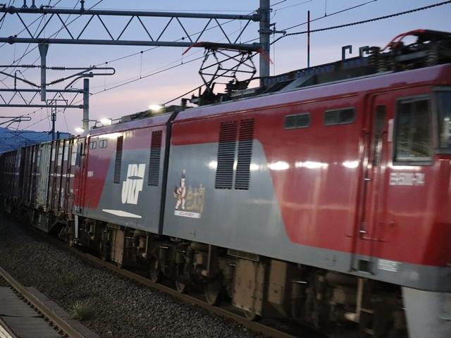 藤田八束の鉄道写真@青い森鉄道、ライトが生かしている列車の美しさを撮る、貨物列車桃太郎・レッドサンダーのヘッドライトを写真で追う_d0181492_22373649.jpg