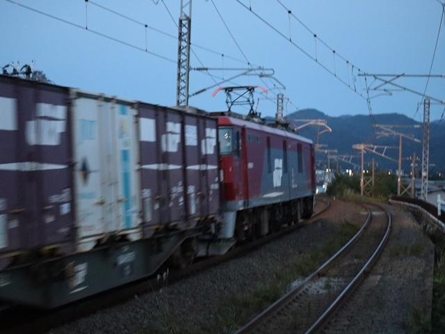 藤田八束の鉄道写真@青い森鉄道、ライトが生かしている列車の美しさを撮る、貨物列車桃太郎・レッドサンダーのヘッドライトを写真で追う_d0181492_22374483.jpg