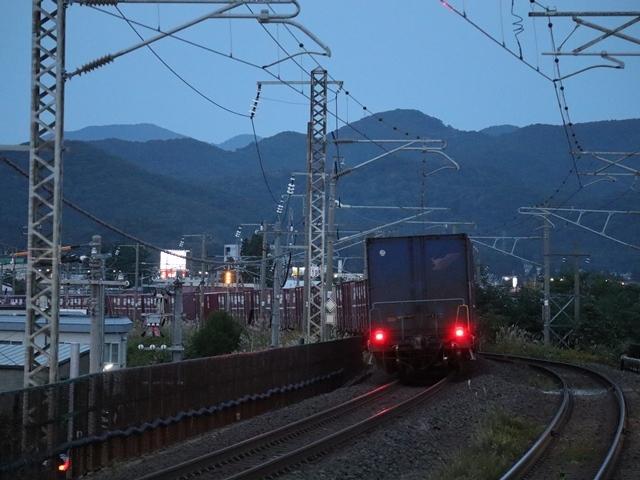藤田八束の鉄道写真@青い森鉄道、ライトが生かしている列車の美しさを撮る、貨物列車桃太郎・レッドサンダーのヘッドライトを写真で追う_d0181492_22375369.jpg