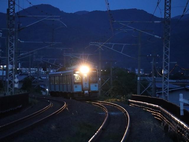 藤田八束の鉄道写真@青い森鉄道、ライトが生かしている列車の美しさを撮る、貨物列車桃太郎・レッドサンダーのヘッドライトを写真で追う_d0181492_22380045.jpg