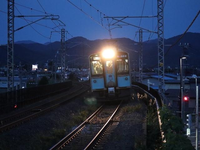 藤田八束の鉄道写真@青い森鉄道、ライトが生かしている列車の美しさを撮る、貨物列車桃太郎・レッドサンダーのヘッドライトを写真で追う_d0181492_22381149.jpg
