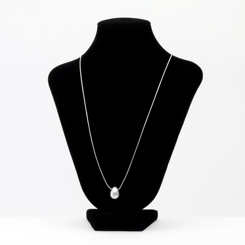 身につける漆 漆のアクセサリー ペンダント 華蜜珠 銀流星色 スライド式チェーンコード 坂本これくしょんの艶やかで美しくとても軽い和木に漆塗りのアクセサリー SAKAMOTO COLLECTION wearable URUSHI accessories pendant Flower Jewel Meteor Silver Adjustable chain cord ふっくらしたつぼみのような愛らしい形で小さいながらも高級感のある仕上がり、流星が銀色にキラキラと輝くキラ感が胸元に映え品良く大人のかわいらしさを演出、洋服やその日の気分でコードを引っ張り頭からかぶってから長さを微調整できる便利なチェーンコードです。 #ペンダント #華蜜珠 #流星 #シルバーペンダント #キラキラペンダント #キラ感 #軽いペンダント #pendant #jewelry #Meteor #MeteorSilver