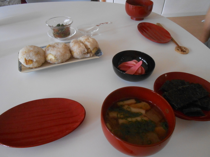 お昼ご飯は栗ご飯おむすびです。_a0095931_10312379.jpg