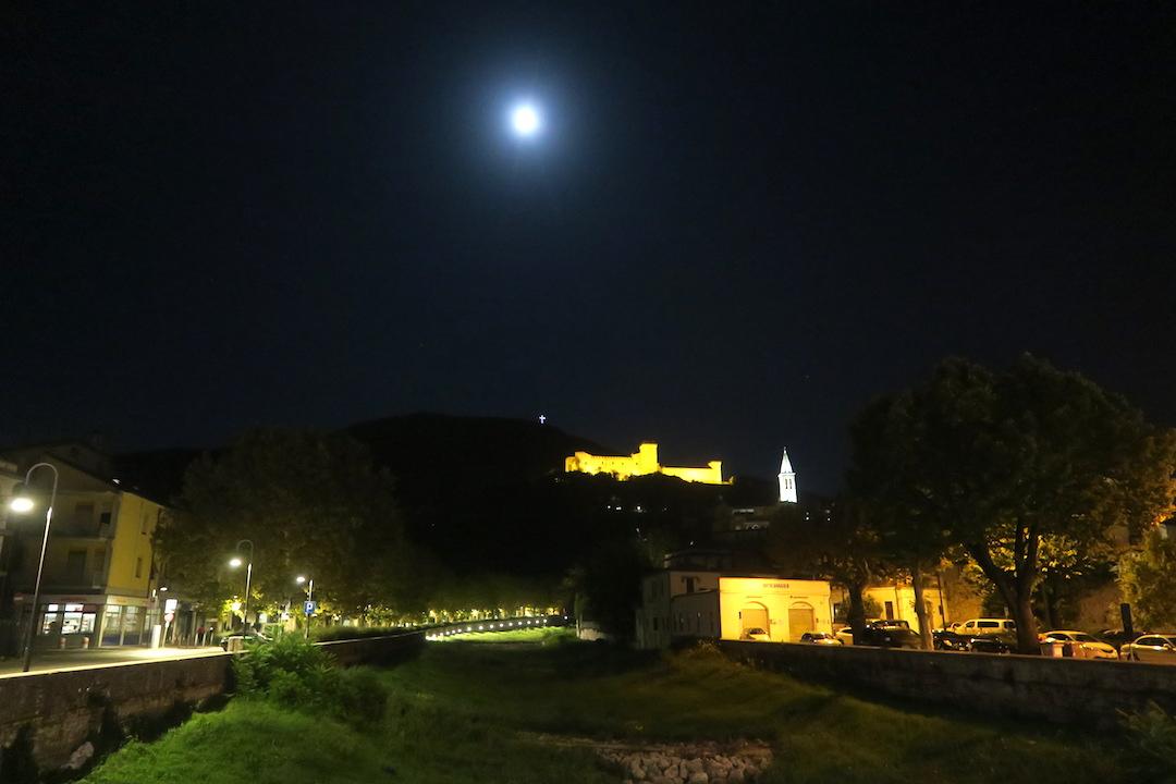 夜明かりと月に美しスポレート_f0234936_6512768.jpg