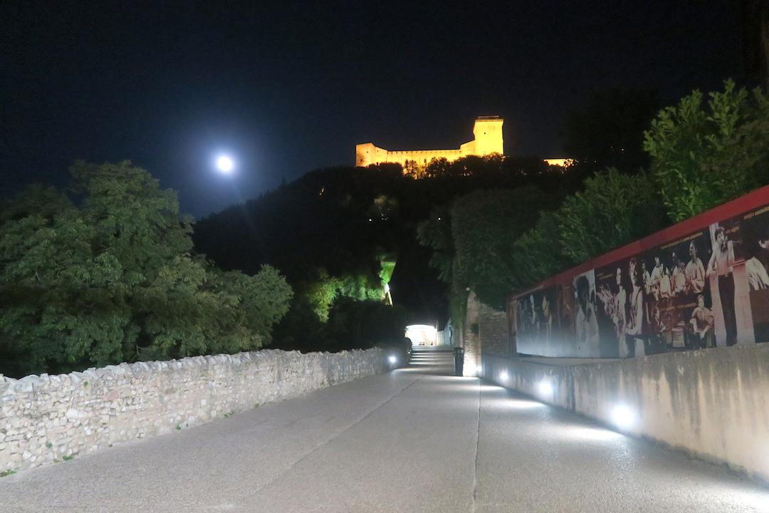 夜明かりと月に美しスポレート_f0234936_66118.jpg