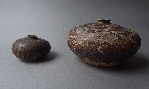 焦げ茶釉の平壺_e0111789_10582115.jpg