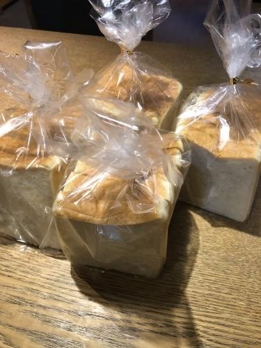 モリン堂のパンも届いた。_d0087595_22454575.jpeg