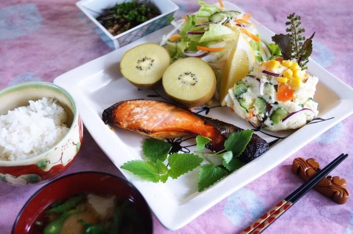 ■朝活ご飯セット【鮭の西京味噌焼き/天こ盛りポテトサラダ/生野菜/納豆など。】_b0033423_16514447.jpg