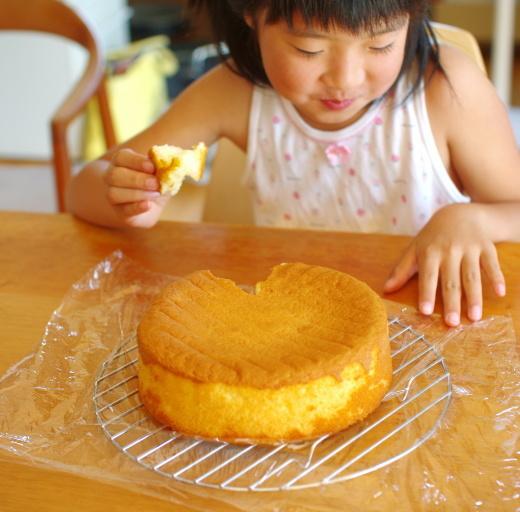 スポンジケーキをちぎって食べる_c0110869_06042724.jpg
