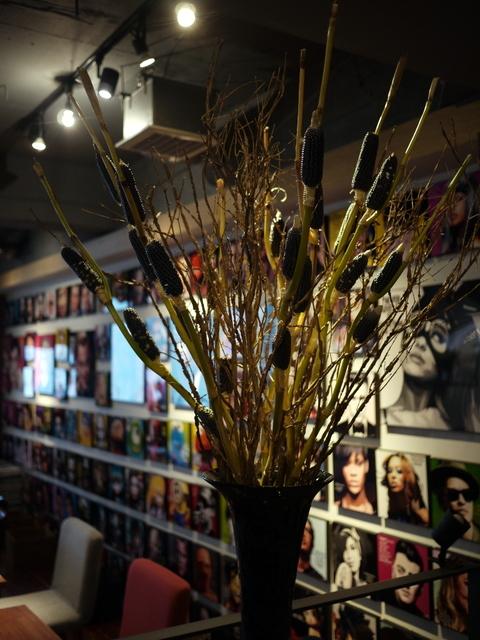 今週のWORLD BOOK CAFEさんの活け込みは「花トウキビ」と「ニシキギ」。2019/10/19。_b0171193_23570092.jpg