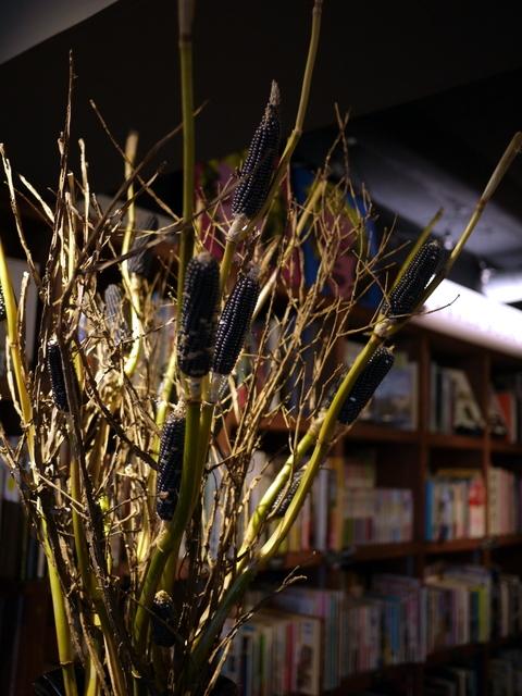 今週のWORLD BOOK CAFEさんの活け込みは「花トウキビ」と「ニシキギ」。2019/10/19。_b0171193_23570634.jpg