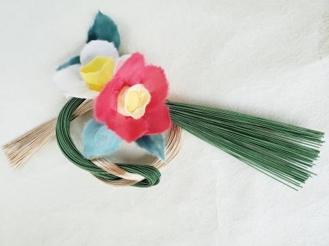 和紙花【紅白の椿】をあしらったお正月飾り_a0101801_16464182.jpg