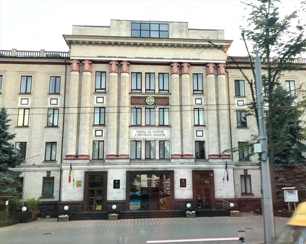 旧ソ連の面影を残すキシナウ街歩きと最後の夕食@モルドヴァ_a0092659_17525082.jpg