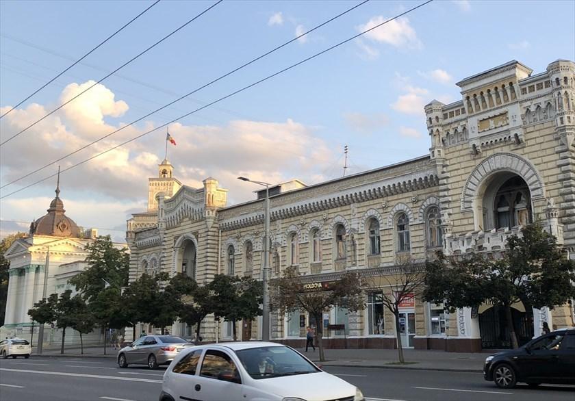 旧ソ連の面影を残すキシナウ街歩きと最後の夕食@モルドヴァ_a0092659_18145265.jpg
