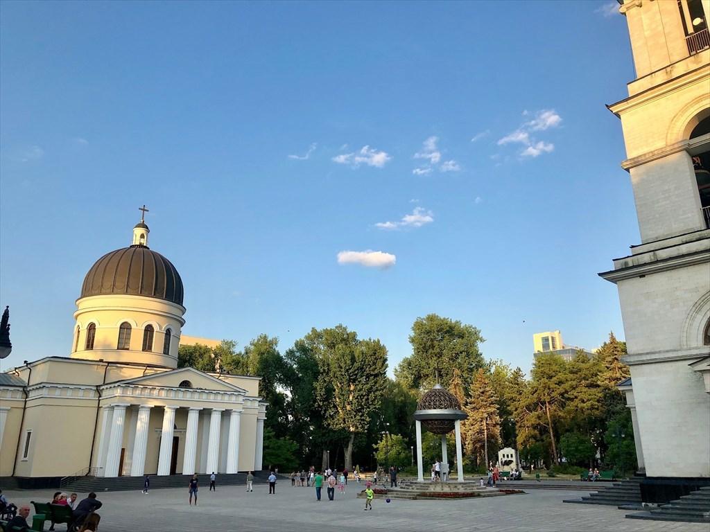 旧ソ連の面影を残すキシナウ街歩きと最後の夕食@モルドヴァ_a0092659_18194696.jpg