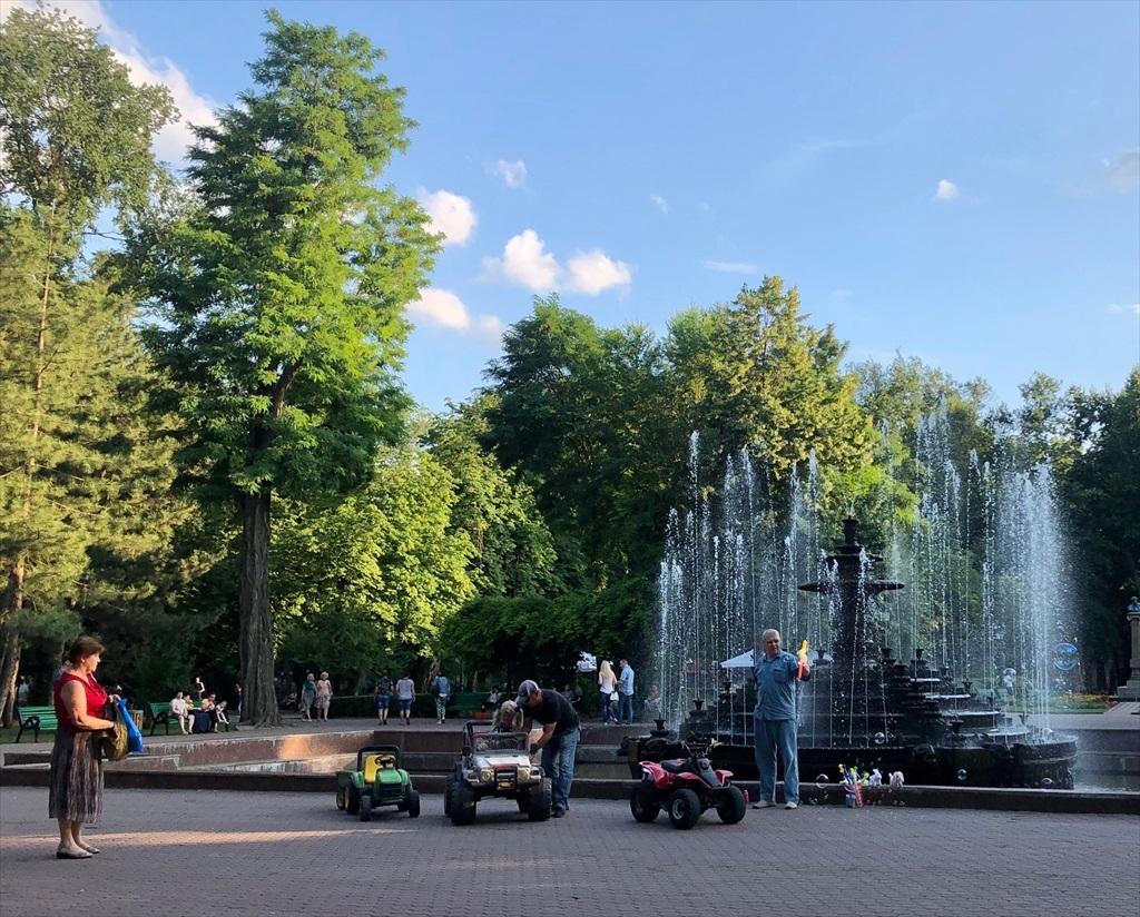 旧ソ連の面影を残すキシナウ街歩きと最後の夕食@モルドヴァ_a0092659_19281354.jpg