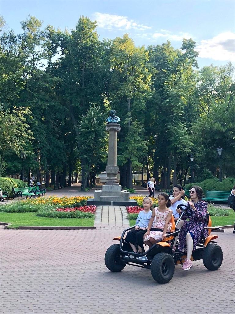 旧ソ連の面影を残すキシナウ街歩きと最後の夕食@モルドヴァ_a0092659_19292639.jpg