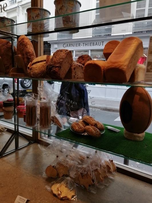 老舗のパン屋さんポワラーヌ_b0060363_15480726.jpg