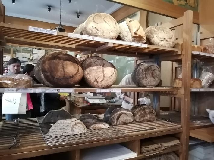 老舗のパン屋さんポワラーヌ_b0060363_15492069.jpg