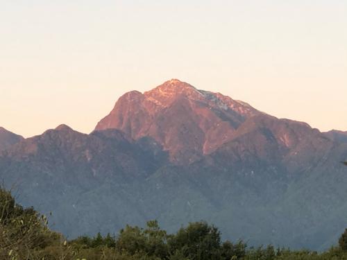 甲斐駒ケ岳が冠雪。冬化粧、里山はまだ色付きが薄い。_d0338282_06573194.jpg