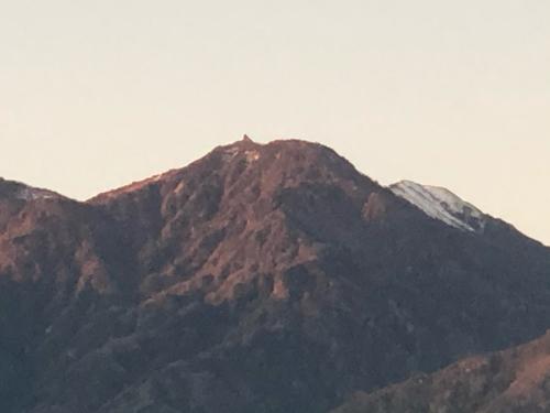 甲斐駒ケ岳が冠雪。冬化粧、里山はまだ色付きが薄い。_d0338282_06573271.jpg