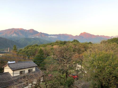 甲斐駒ケ岳が冠雪。冬化粧、里山はまだ色付きが薄い。_d0338282_06574099.jpg