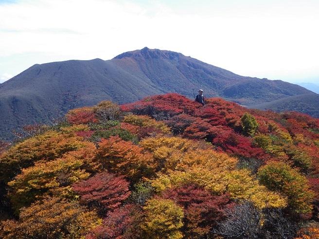 紅葉真っ盛りの三俣山_e0164643_11093046.jpg