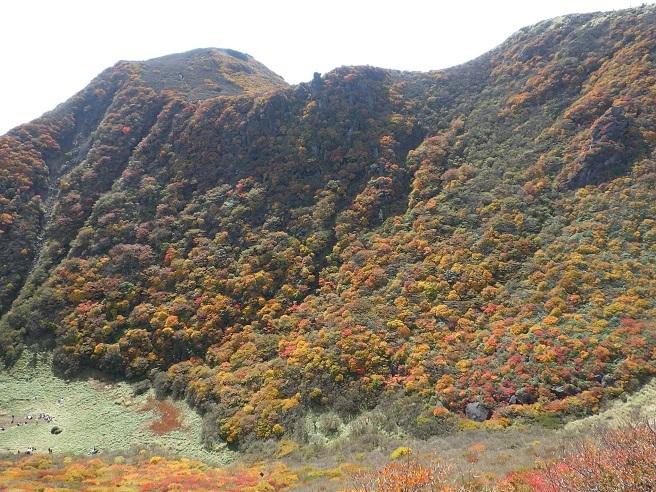 紅葉真っ盛りの三俣山_e0164643_11095210.jpg