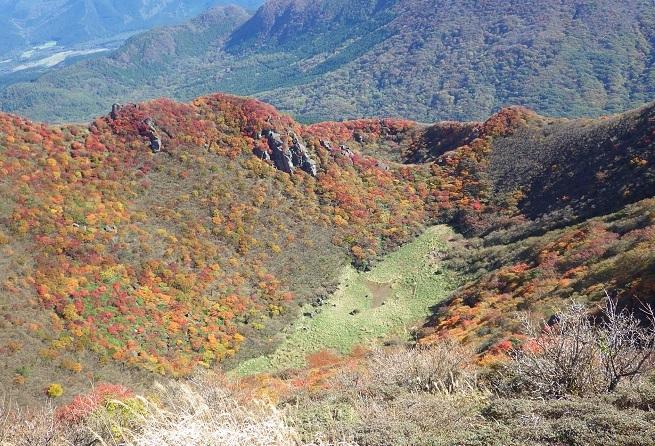 紅葉真っ盛りの三俣山_e0164643_11102578.jpg