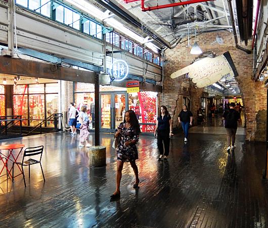 地下1階への階段前など最近のチェルシー・マーケット内の様子_b0007805_04541703.jpg