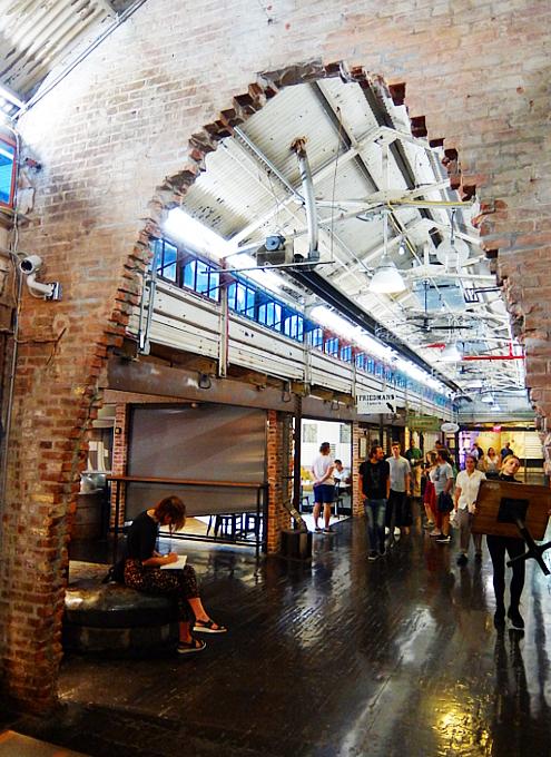 地下1階への階段前など最近のチェルシー・マーケット内の様子_b0007805_05011650.jpg