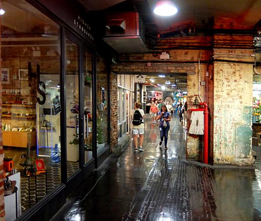 地下1階への階段前など最近のチェルシー・マーケット内の様子_b0007805_05122359.jpg