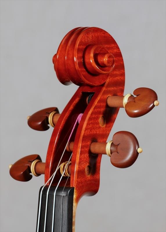 弦楽器フェアの展示楽器、最新作2台目_d0047461_09191559.jpg